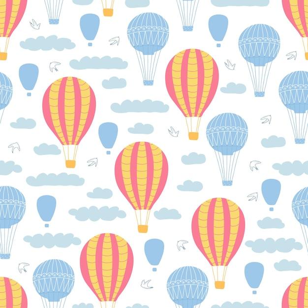 白い背景の上の気球、虹、雲、鳥と子供のシームレスなパターン。キッズルームのデザイン、壁紙、テキスタイル、包装紙、アパレルのかわいいテクスチャ。ベクトルイラスト