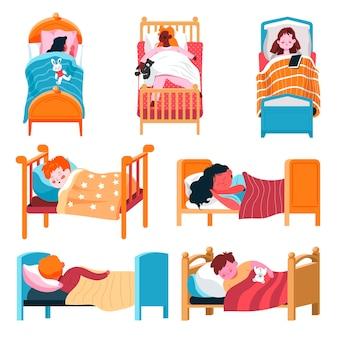自宅や幼稚園で寝たり休んだりしている子供たち