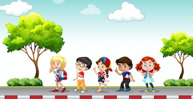 포장 도로에 서있는 아이들