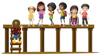 木製のログに立っている子供たち