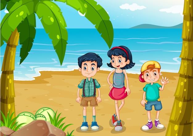 해변에서 산책하는 아이들