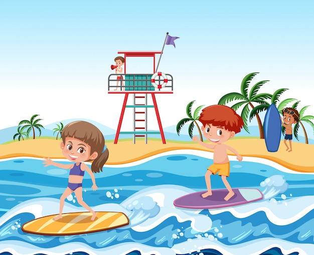 波でサーフィンする子供たち