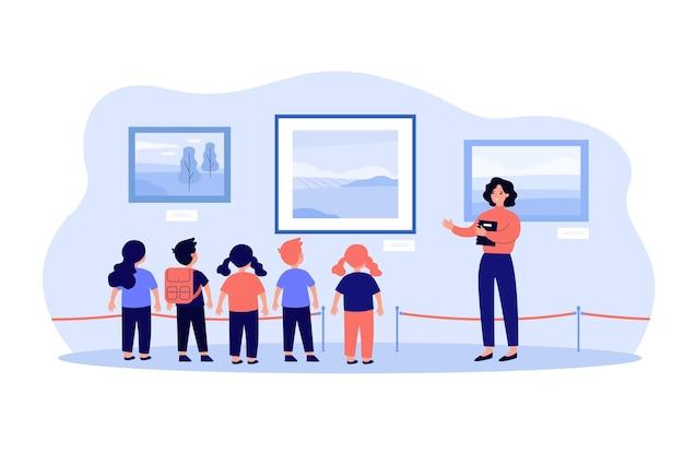 박물관 견학을 방문하고 사진에 서서 가이드를 듣는 어린이