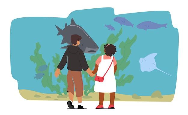 海洋水族館を訪れる子供たち、水族館の赤ちゃんキャラクター。家族の暇な時間とレクリエーション、週末の余暇