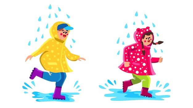レインコートウォーキング水たまりを着ている子供たち