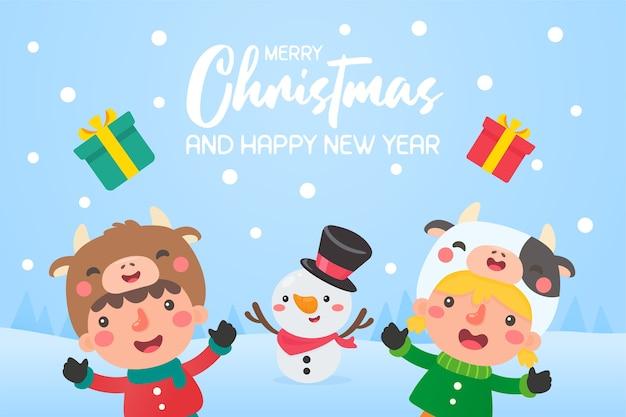 Дети в зимней одежде вышли поиграть со снеговиками на улице во время зимнего рождества.