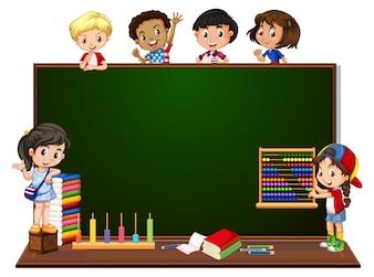 黒板バナーと子供たち