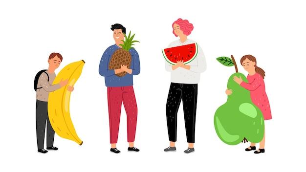果物を持つ子供。ジューシーなスイカ、パイナップル、洋ナシを保持しているかわいい子供と十代の若者たち