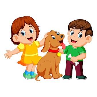 ペットの犬を持つ子供たち