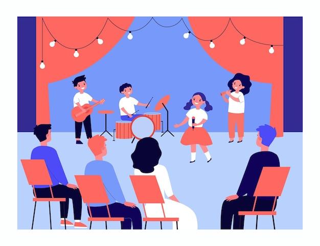 Выступление детской музыкальной группы на сцене. дети поют, играют на гитаре, барабанах и трубе перед плоской векторной иллюстрацией аудитории. перформанс, артисты, концепция праздника