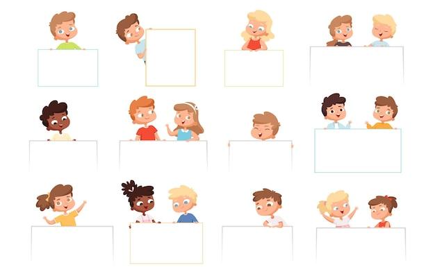 배너와 함께 어린이. 빈 흰색 프레임을 들고 있는 아이 행복한 소년과 소녀는 만화 캐릭터를 벡터합니다. 종이 광고판과 그림 어린 시절 소년과 소녀