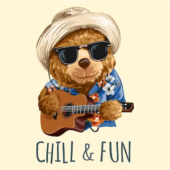 Прохладный и веселый слоган с игрушечным медведем в солнечных очках, играющим на гитаре