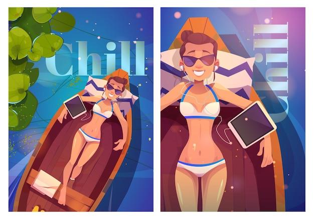 I poster in stile cartone animato rilassati con la giovane donna in bikini sdraiata su una barca di legno ascoltano musica sul tablet