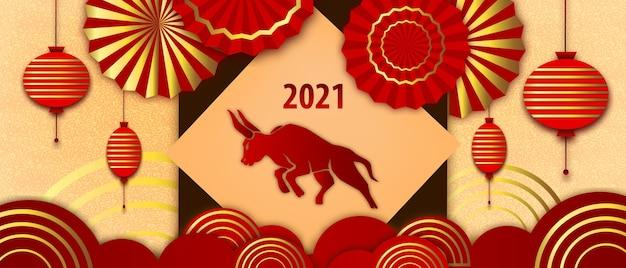 Китайский новогодний фон 2021 года с красным быком, золотыми веерами, фонарями. азиатский традиционный праздник papercut баннер с символом года. восточный китайский дизайн открытки с абстрактными формами