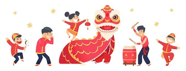 漢字。アジアのお祭り新年かわいい男の子と女の子。孤立した赤いドラゴン、カーニバルイベントのイラスト。ドラゴンレッドチャイニーズ、赤い衣装のお祭り