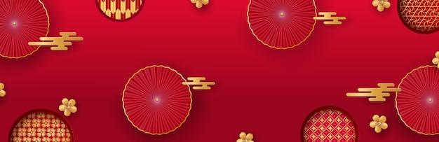 Китайская открытка на новый год 2022. красные вееры и золотые цветы сакуры и азиатские узоры. векторная иллюстрация