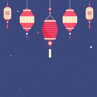 中国のランタンは青い幾何学的な星のパターンの背景に掛かっています