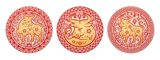 中国の旧正月2021年グリーティングカード、花で囲まれた黄金の金属牛の星座。雄牛の東洋の角のある動物の周りの円の牡丹の配置、装飾用のペーパーカットの装飾セット