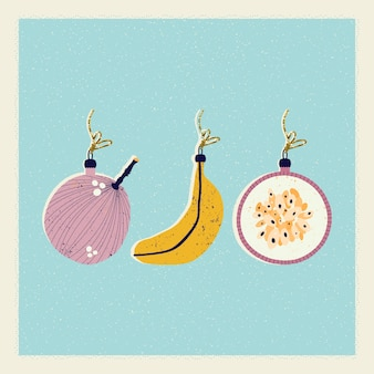 Рождественская и новогодняя открытка с елочными украшениями в виде банана и инжира