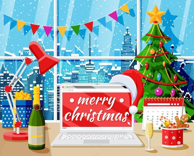 Рождество и новый год офисный стол интерьер рабочего пространства. подарочная коробка, рождественская елка, ноутбук, лампа, шампанское, городской пейзаж. новогоднее украшение. с рождеством христовым праздник рождества. векторная иллюстрация
