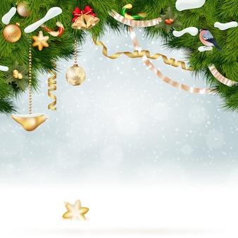 Рождественский фон с еловыми и золотыми шарами.