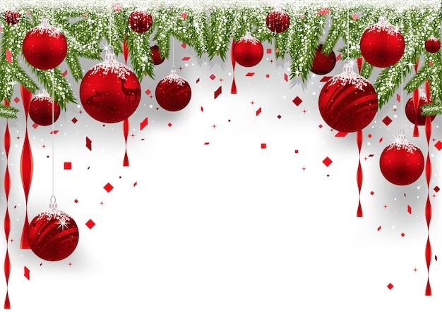 Новогодний фон с висячими красными шарами и хвойными ветками
