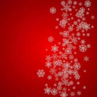 銀の雪片と輝きのクリスマスの背景。冬のセール、パーティーの招待状、バナー、ギフトカード、小売りのオファーの新年とクリスマスの背景。雪が降る。冷ややかな冬の背景。