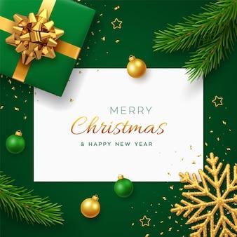 Рождественский фон с квадратным бумажным баннером, реалистичной зеленой подарочной коробкой с золотым бантом, сосновыми ветками, золотыми звездами и блестящей снежинкой, шариками безделушки. рождественский фон, поздравительные открытки. вектор.