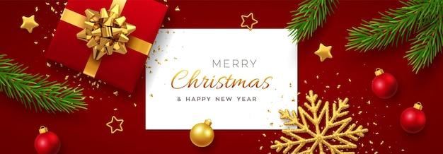 正方形の紙のバナー、金色の弓、松の枝、金の星とキラキラの雪の結晶、ボール安物の宝石と現実的な赤いギフトボックスとクリスマスの背景。クリスマスの背景、グリーティングカード。ベクター。