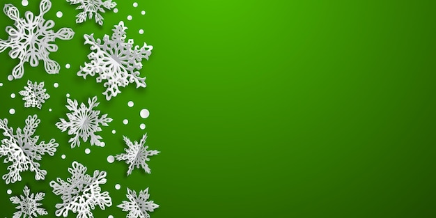 Новогодний фон с объемными бумажными снежинками с мягкими тенями на зеленом фоне