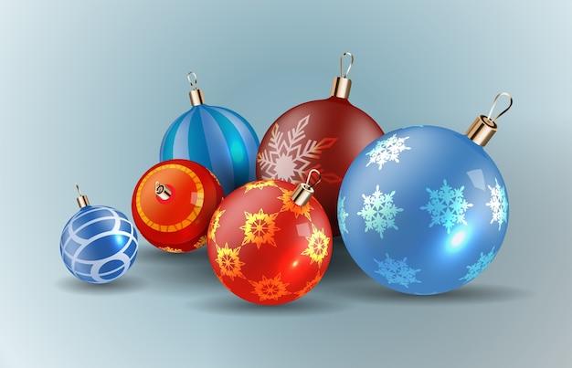 雪片がセットされたクリスマスボール。クリスマスのガラス玉。休日の装飾。