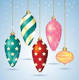 金の糸にぶら下がっているクリスマスボールの飾り