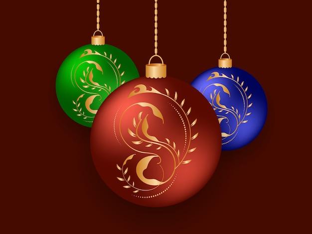 Рождественские шары с рисунками и бликами золотого цвета. праздничные цветные елочные шары, висящие на золотых цепях
