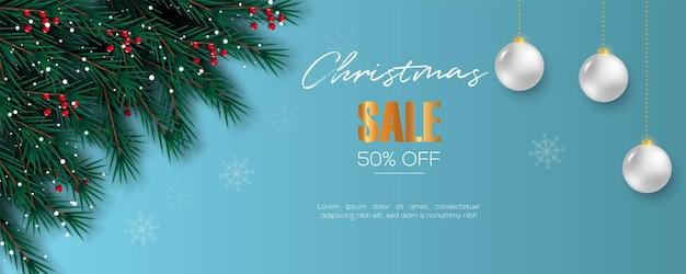ベリー松の枝の青い背景と白いボールとクリスマスバナーの装飾