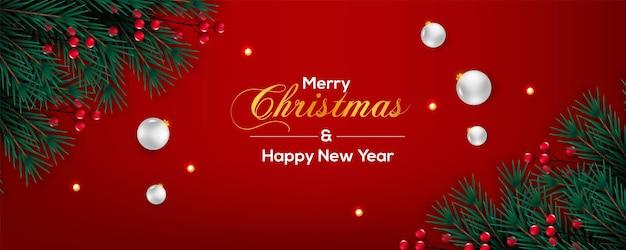 赤いベリー松の枝の赤い背景と白いボールとクリスマスバナーの装飾