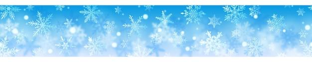 밝은 파란색 배경에 흰색 색상의 복잡하고 흐릿하고 명확한 눈송이의 크리스마스 배너. 수평 반복으로