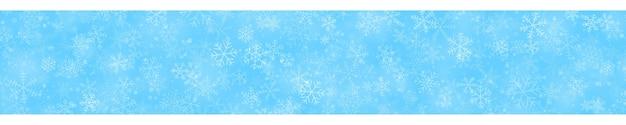 연한 파란색 배경에 다양한 모양, 크기 및 투명도의 눈송이의 크리스마스 배너
