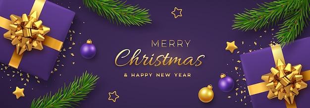 クリスマスバナー。金の弓、金の星、ボール、松の枝が付いたリアルなギフトボックス。紫色のクリスマスの背景、水平方向のクリスマスポスター、グリーティングカード、ヘッダーのウェブサイト。ベクトルイラスト。