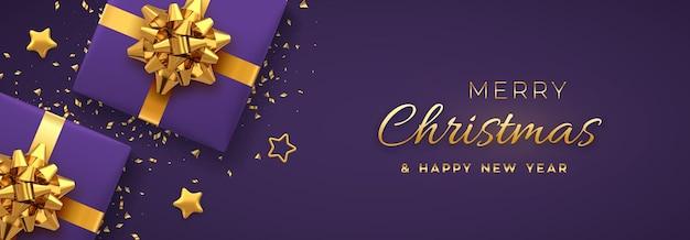 クリスマスバナー。金色の弓、金色の星、キラキラの紙吹雪が付いたリアルな紫色のギフトボックス。クリスマスの背景、水平方向のクリスマスポスター、グリーティングカード、ヘッダーのウェブサイト。ベクトルイラスト。