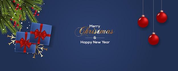 松の枝のギフトボックスとクリスマスボールとクリスマスバナー
