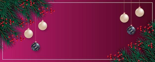 松の枝の赤いベリーと銀のクリスマスボールとクリスマスバナー