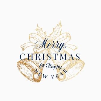 크리스마스 종소리 추상적인 벡터 복고풍 레이블, 기호 또는 카드 템플릿. 빈티지 타이포그래피와 리본 스케치 일러스트와 함께 손으로 그린 골든 벨. 외딴