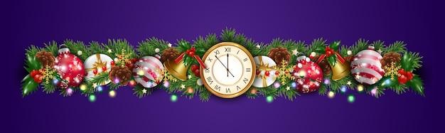 Рождественские украшения границы гирлянды с еловыми ветками, часами, шарами, шарами, золотыми колокольчиками, ягодами падуба, подарочной коробкой и светом. элемент дизайна для рождественской и новогодней открытки на фиолетовом фоне.