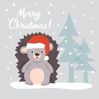 雪に覆われた森のクリスマスツリーの中でサンタクロースの帽子のかわいいハリネズミとクリスマスカード