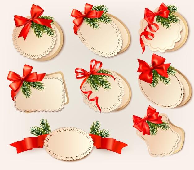 弓とクリスマスツリーの枝とクリスマスカード