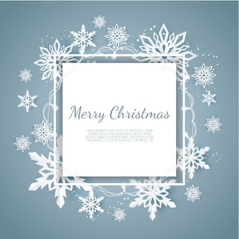 Рождественская открытка с бумажными снежинками, падающими снежинками на синем фоне зимы,