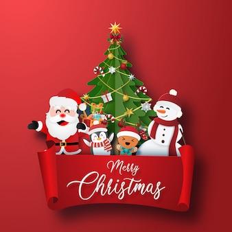 Рождественский персонаж и новогодняя елка с красной этикеткой