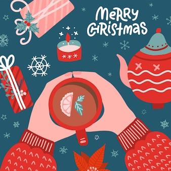 クリスマスのコンセプト。セーターを着た女性がティーカップを持っています。ポット、キャンドル、ギフトボックスフラットレイ付きテーブル。