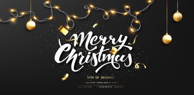 Темный новогодний фон для праздничной открытки. гирлянда с елочным шаром на черном фоне. каллиграфические надписи с рождеством.