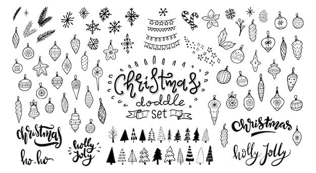 크리스마스 낙서 세트입니다. 크리스마스 트리, 장난감, 공 및 화환. 손으로 그린 크리스마스 장식 아이콘입니다. 벡터 일러스트 레이 션 흰색 배경에 고립입니다. 휴일 인사말 카드, 선물 태그 디자인 요소입니다.